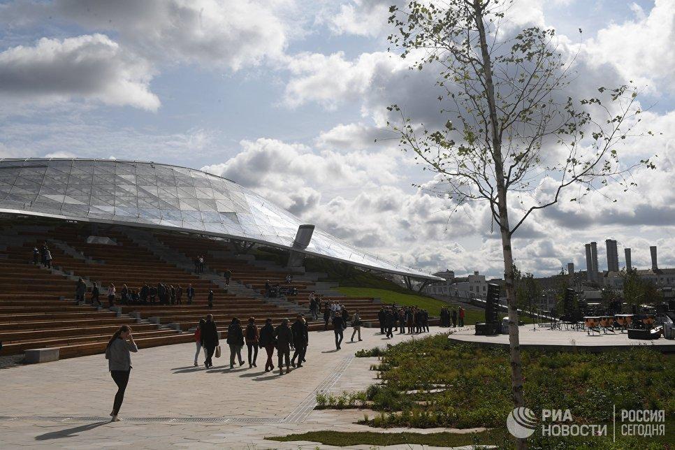 Стеклянный купол летнего амфитеатра в парке Зарядье в Москве. 9 сентября 2017