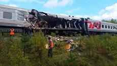 Пассажирский поезд столкнулся с грузовиком в Югре. Кадры с места ЧП