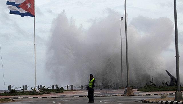 Полицейский на улице Гаваны во время прохождения урагана Ирма. 9 сентября 2017