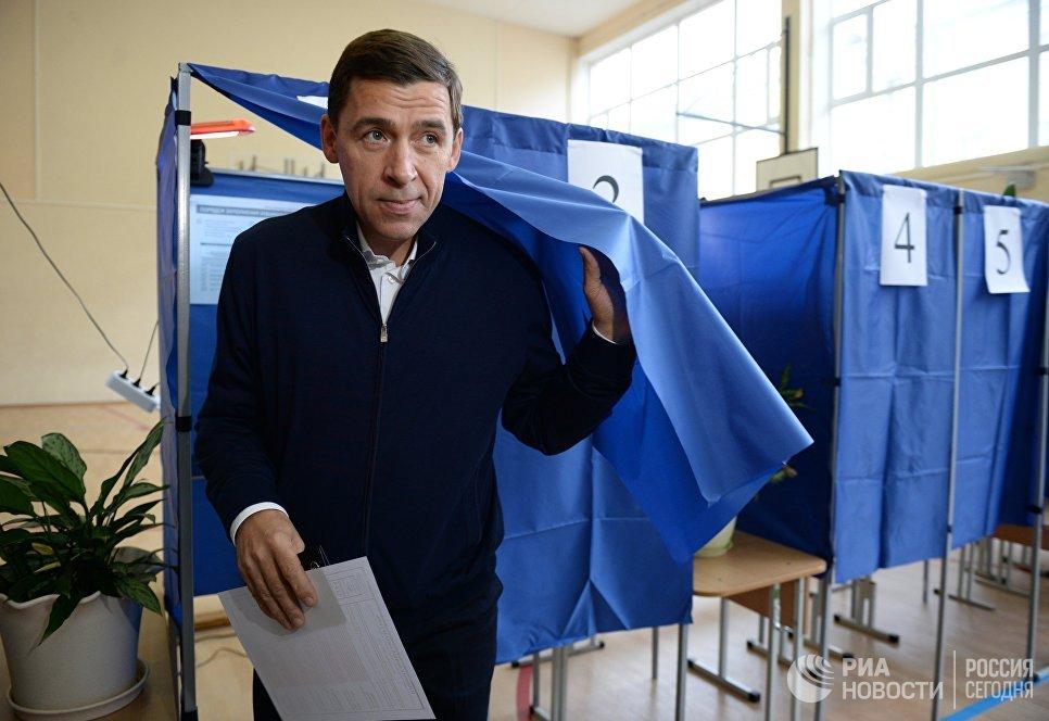 Губернатор Свердловской области Евгений Куйвашев в единый день голосования на избирательном участке №1331 в Екатеринбурге. 10 сентября 2017