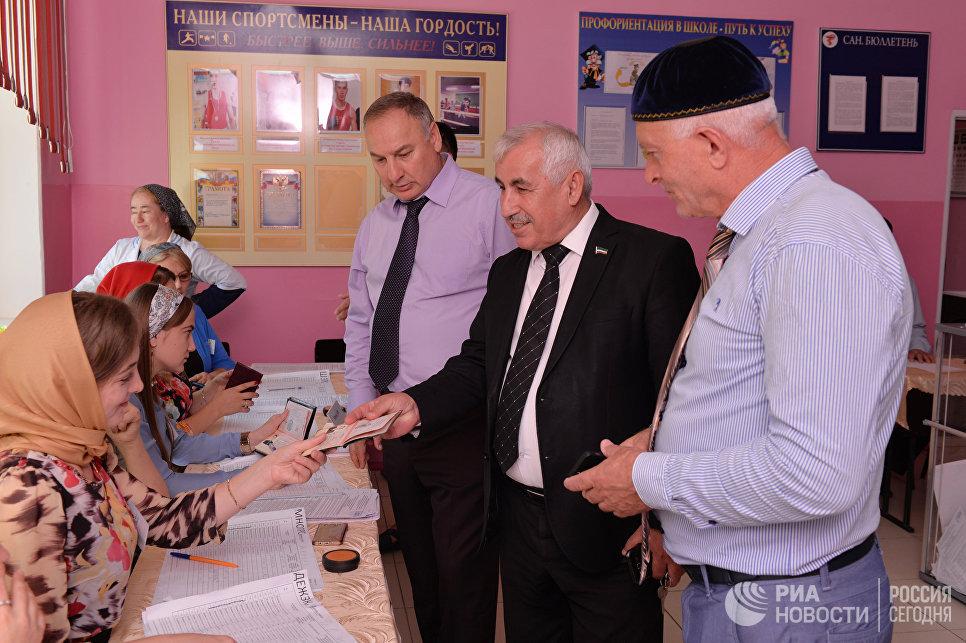 Местные жители на избирательном участке №288 в селении Рошни-чу в единый день голосования. 10 сентября 2017
