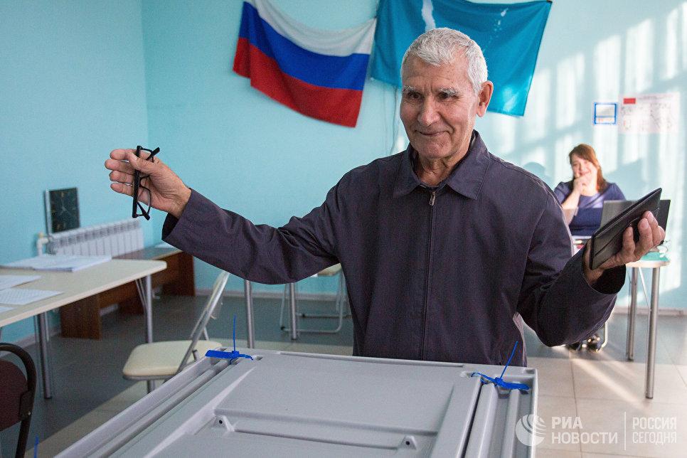 Избиратель в единый день голосования на избирательном участке в Южно-Сахалинске. 10 сентября 2017