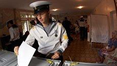 Курсанты Нахимовского военно-морского училища в единый день голосования на избирательном участке в Севастополе. 10 сентября 2017