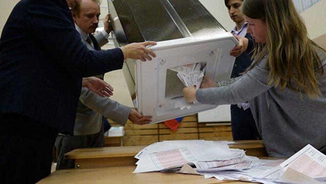 Члены избирательной комиссии во время подсчета голосов в единый день голосования на избирательном участке