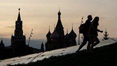 Спасская башня Московского Кремля и храм Василия Блаженного. Архивное фото