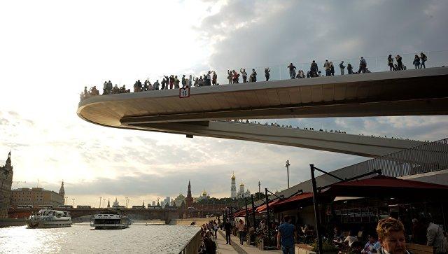 Посетители на Парящем мосту в природно-ландшафтном парке Зарядье в Москве. Архивное фото