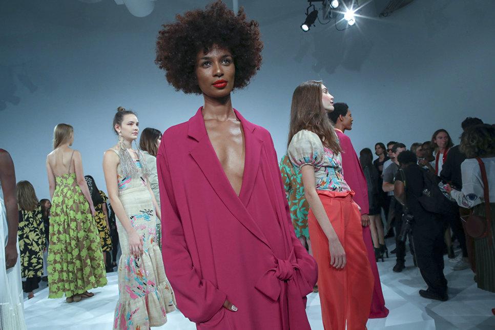 Модели во время показа коллекции дизайнера Трейси Риз на неделе моды в Нью-Йорке