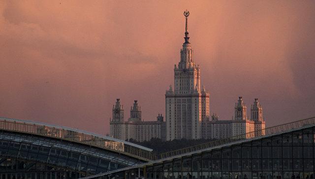 Главное здание Московского государственного университета им. М.В. Ломоносова. Архивное фото