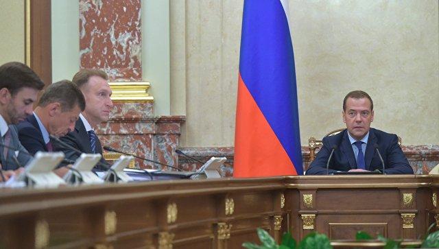 Налоговые сборы вРФ заполгода превысили доходы отнефтегазовой области — Медведев