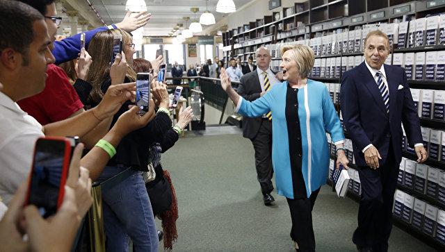 Хиллари Клинтон перед автограф-сессией в рамках презентации своей книги Что случилось в Нью-Йорке