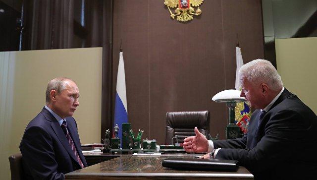 Президент РФ Владимир Путин и председатель Федерации независимых профсоюзов России Михаил Шмаков во время встречи. 13 сентября 2017