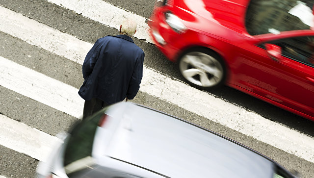 Мужчина на пешеходном переходе