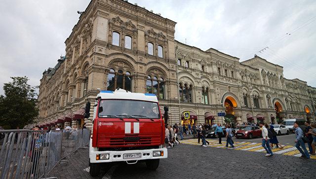 Пожарная автомашина у ГУМа в Москве после сообщения о минировании. 13 сентября 2017