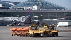 Буксировщики багажа в аэропорту Шереметьево в Москве. Архивное фото