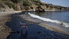 Мазут на пляже на острове Саламина, Греция