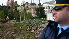 Охранник в природно-ландшафтном парке Зарядье в Москве