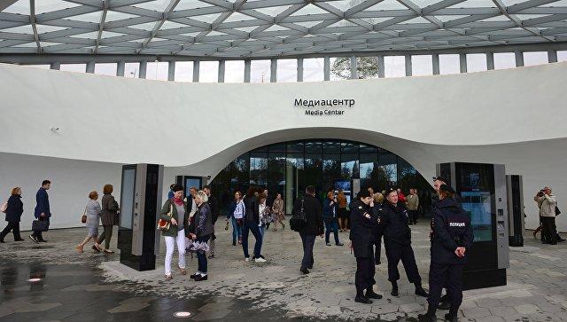 Посетители у входа в Медиацентр природно-ландшафтного парка Зарядье в Москве