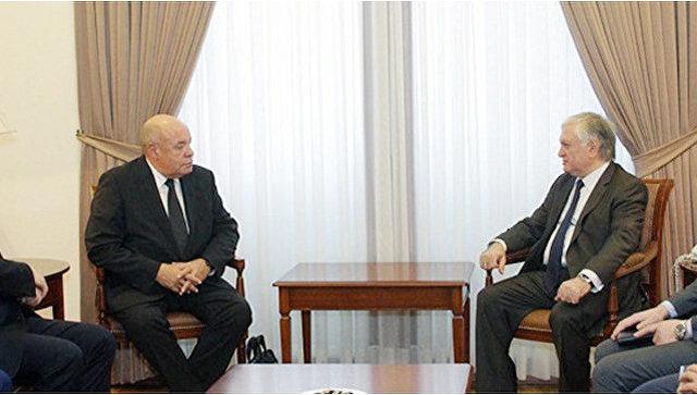 Михаила Швыдкой и министр иностранных дел Армении Эдвард Налбандян во время встречи