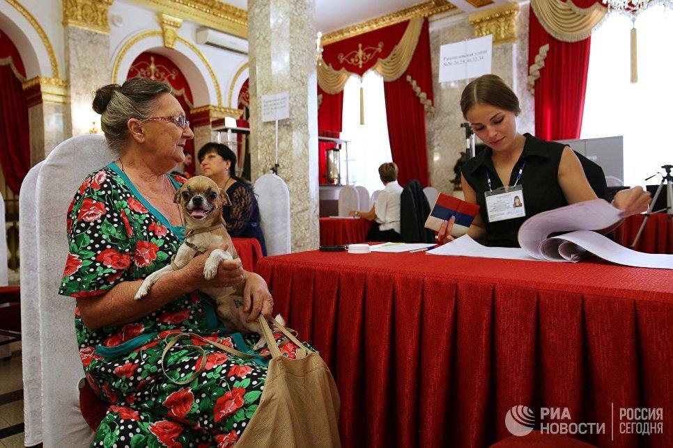 Избиратель в единый день голосования на избирательном участке в Краснодаре