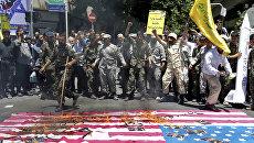 Иранские протестующие сжигают американский флаг в Тегеране, 23 июня 2017
