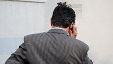 Мужчина с телефоном. Архивное фото