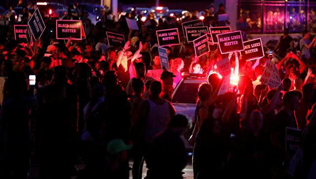 Окружной суд американского города Сент-Луис признал невиновным прежнего полицейского, застрелившего темнокожего