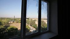 Выбитые стекла в жилом доме в результате ночного обстрела Кировского района города Донецка. Архивное фото