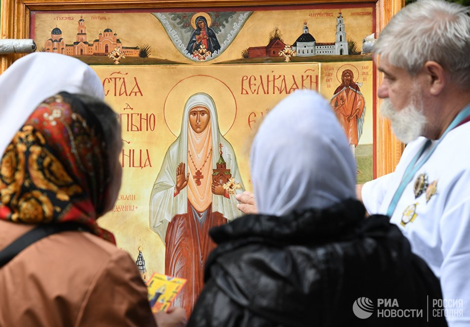 Верующие у иконы святой великой княгини Елизаветы Федоровны у храма Ильи Пророка в селе Ильинское в Московской области