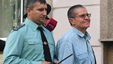 Экс-министр экономического развития Алексей Улюкаев выходит из здания Замоскворецкого суда. 18 сентября 2017