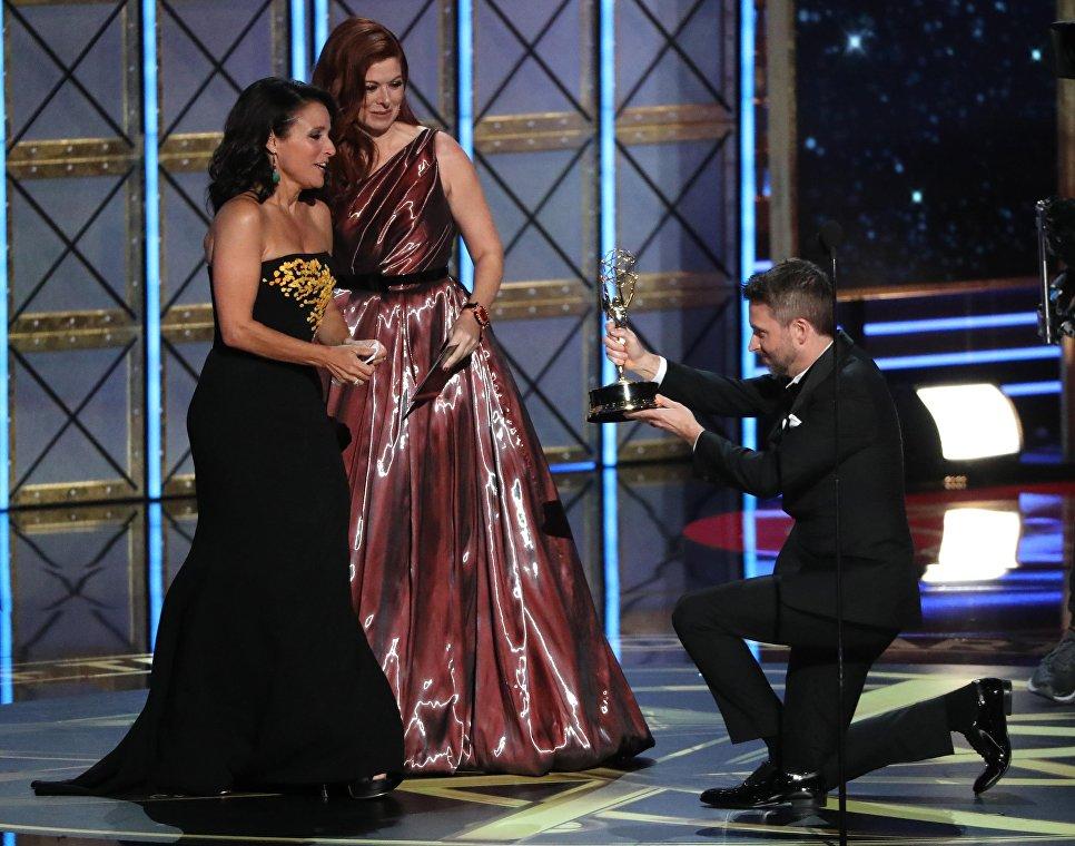 Дебра Мессинг и Крис Хардвик вручают премия Эмми Джулии Луи-Дрейфус