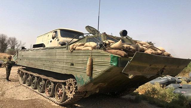 Плавающий транспортер ПТС-2 сирийской армии во время подготовки к форсированию реки Евфрат в районе города Дейр-эз-Зор