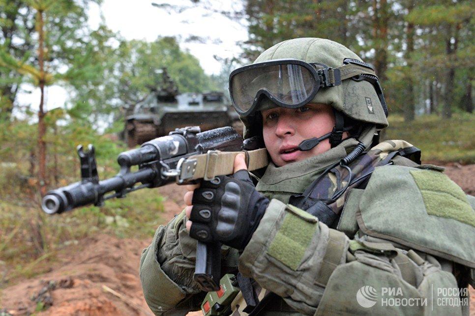 Военнослужащий штурмового инженерно-саперного подразделения вооруженных сил РФ во время учений Запад-2017