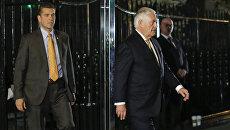 Госсекретарь США Рекс Тиллерсон покидает российское постпредство после встречи с министром иостранных дел России Сергеем Лавровым. 17 сентября 2017