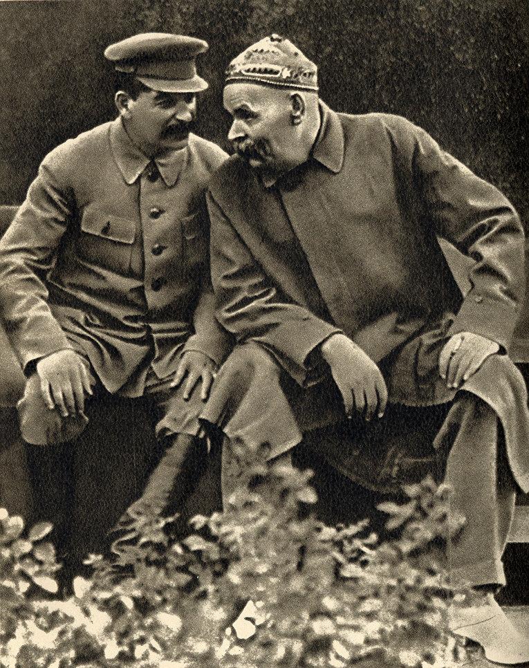 Иосиф Сталин и Максим Горький в скверике на Красной площади.  1931 год.