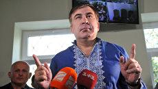 Михаил Саакашвили отвечает на вопросы журналистов в зале Мостиского районного суда Львовской области. 18 сентября 2017