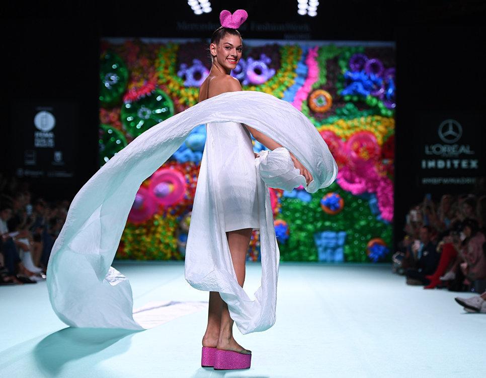 Модель во время показа коллекции дизайнера Агаты Руис де ла Прада на Неделе моды в Мадриде. 15 сентября 2017