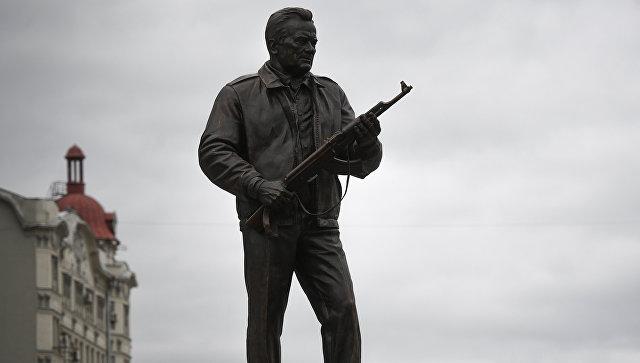 """В """"Калашникове"""" готовы помочь скульптору в ситуации с чертежом на памятнике"""