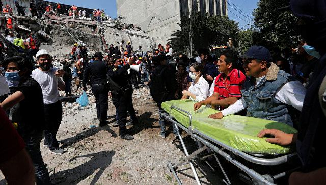 Медработники на месте разрушенного в результате землетрясения здания в Мехико. 19 сентября 2017