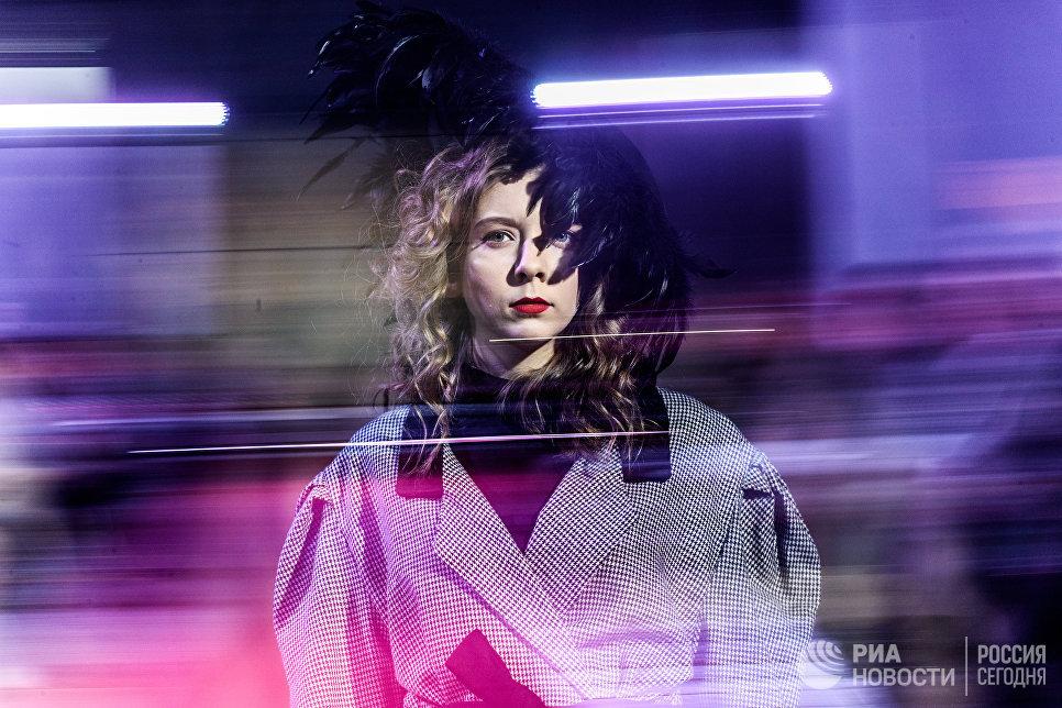 Модель демонстрирует одежду из новой коллекции дизайнеров Алексея Волегова и Никиты Ермакова в рамках международного этнокультурного фестиваля Этно Арт Фест 2017 в Москве