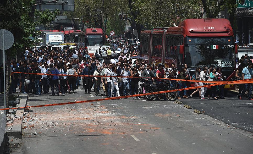 Люди остаются на улицах после землетрясения в Мехико. 19 сентября 2017