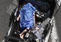 Манекен на поврежденном в результате землетрясения автомобиле в Мехико. 19 сентября 2017