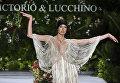 Модель во время показа коллекции Victorio & Lucchino на Неделе моды Cali Exposhow в Колумбии