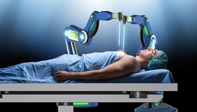 Робот-хирург делает операцию