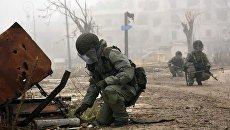 Военнослужащий РФ во время разминирования в Алеппо. Архивное фото