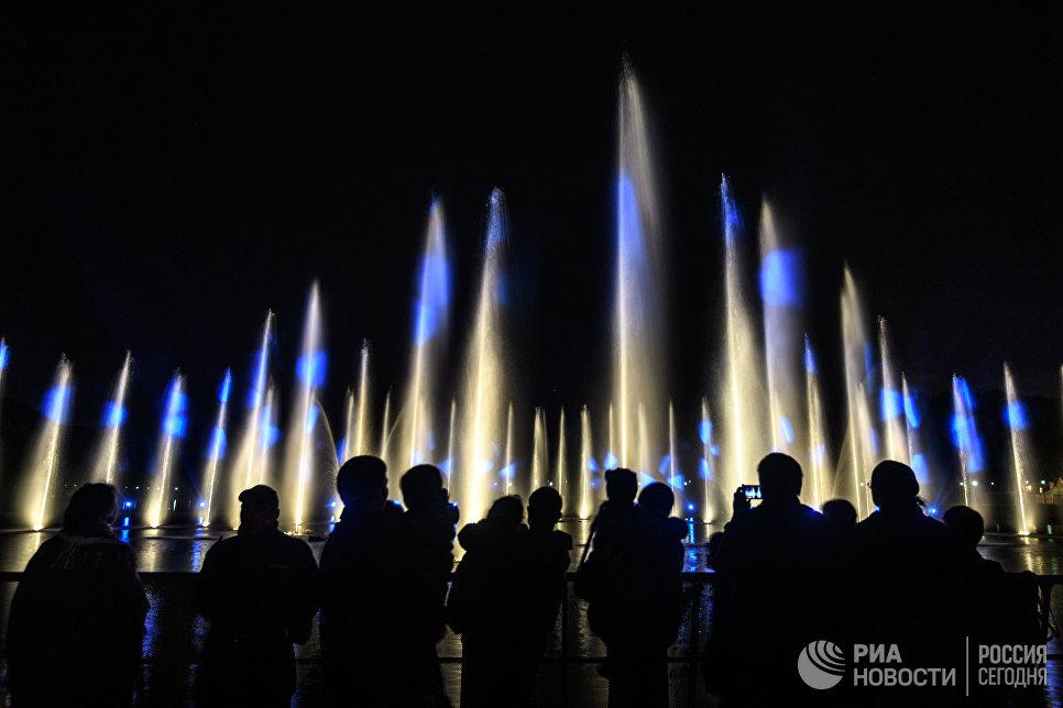 Шоу фонтанов в парке Царицыно в рамках VII Московского международного фестиваля Круг света в Москве