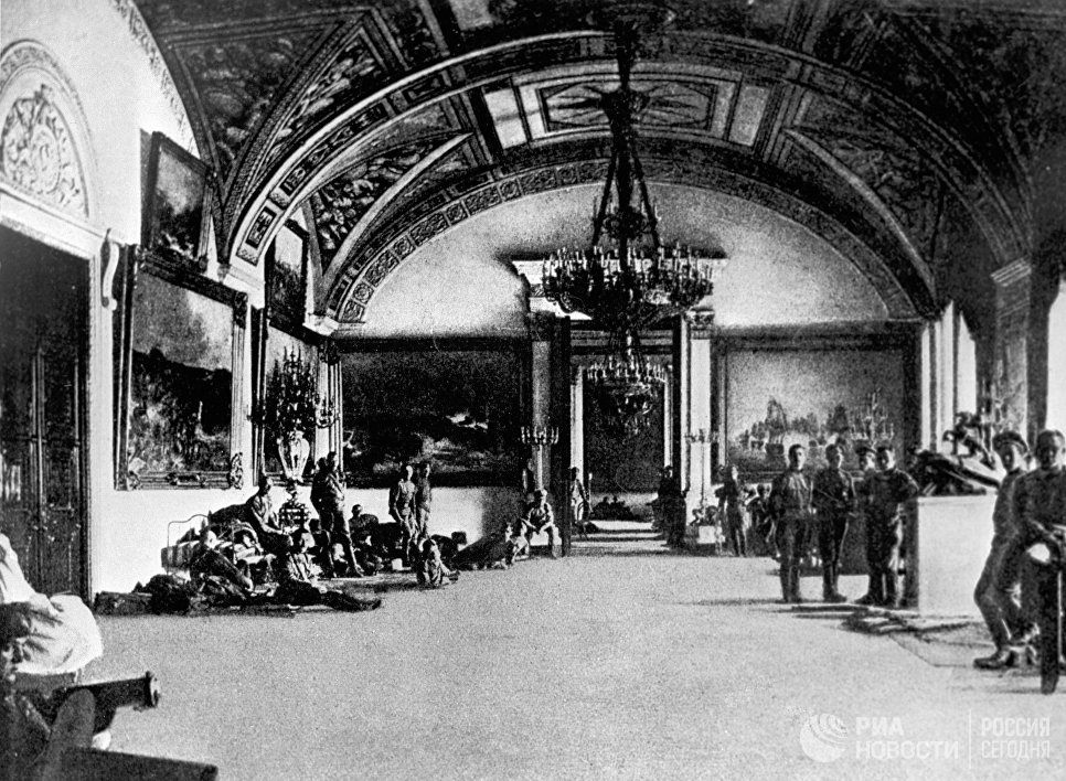 Юнкера в Зимнем дворце. Петроград, 1917 год