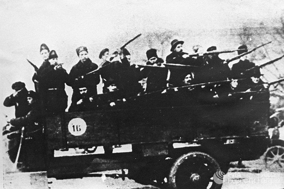 Один из отрядов красногвардейцев, участников штурма Зимнего дворца. Петроград, 1917 год