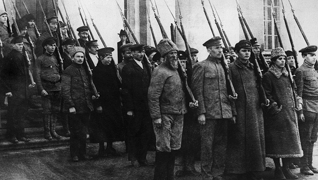 Колонна вооруженных рабочих и служащих во время военной подготовки. Петроград, октябрь 1917 год
