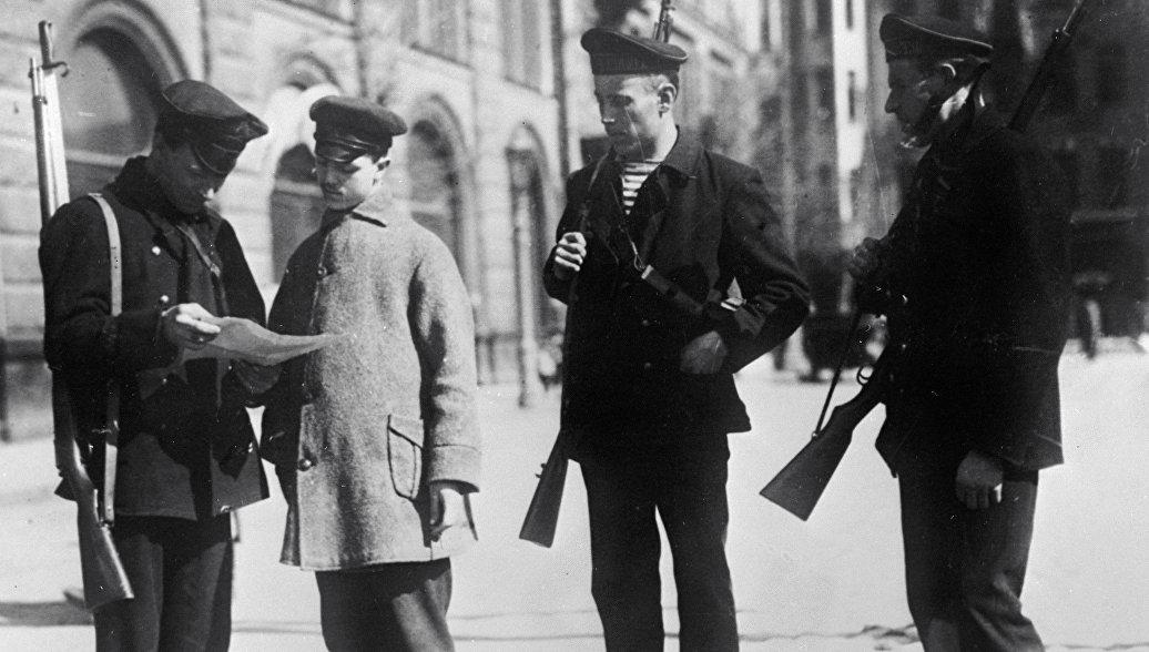 Революционный патруль проверяет документы у входа в Смольный. Петроград. 1917 год