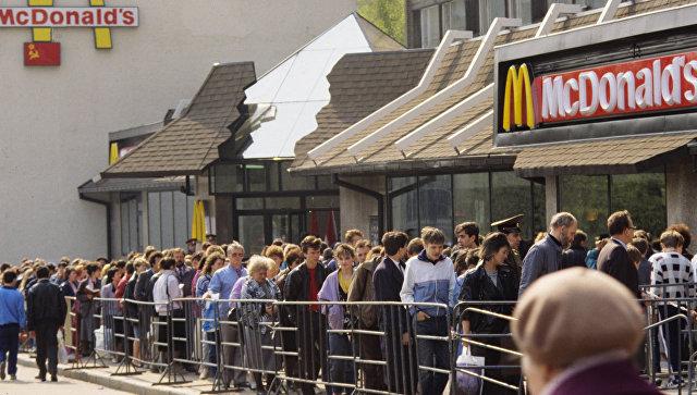 Очередь в ресторан Макдоналдс на Пушкинской площади в Москве. 1990-е